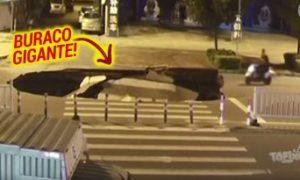 Condutor de scooter mandando SMS's, cai em um buraco