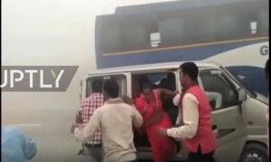Poluição na Índia causa engavetamento em uma rodovia