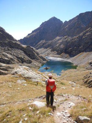 Bij het klimmen blijft men voortdurend een mooi zicht hebben op de refuge, de vallei en het meer. Zich af en toe eens omdraaien loont steeds de moeite.
