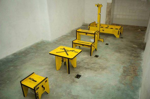 I mobili della serie Muzzle-Design: da sinistra Sgabello Banc/panc - Tavolino Mesa X - Panca Bi-Panc - Appendiabiti Cabide - Lettino Cama/Sommier
