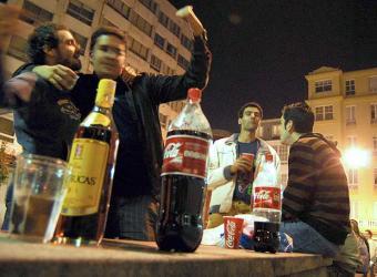 Foto El País- jovenes_hacen_botellon