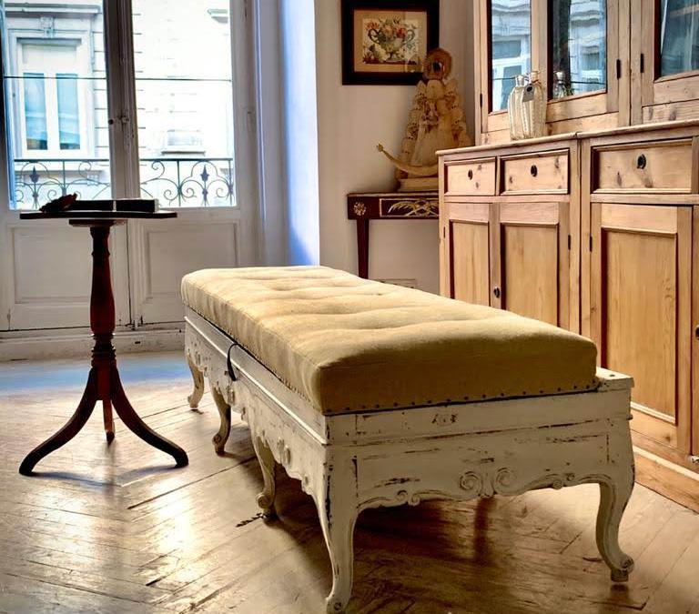 Banco arcón en madera de nogal moldurada