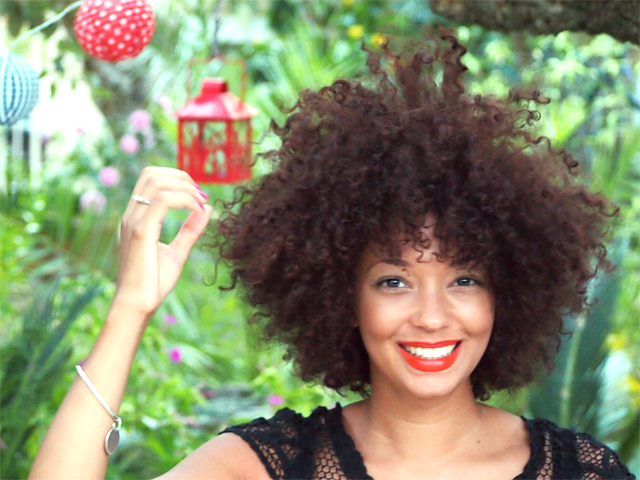 mercredie-mode-blog-home-sweet-home-jardin-cheveux-boucles-hair-curly-auto-portrait-smile-lampions