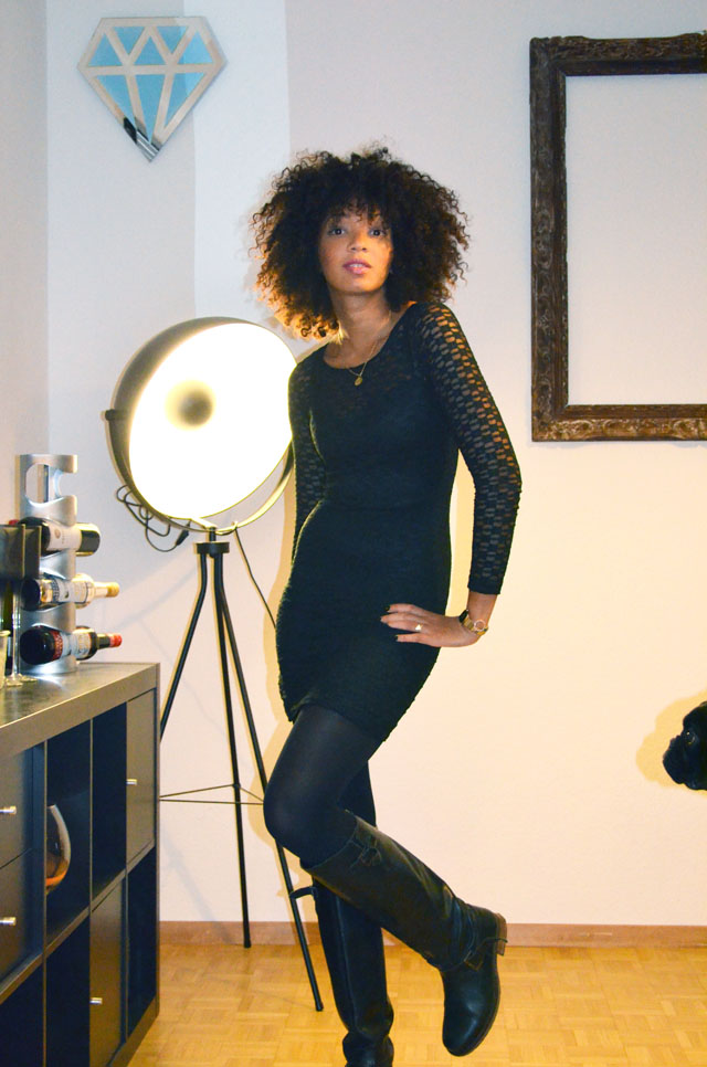 mercredie-blog-mode-outfit-look-style-look-robe-noire-dentelle-atmosphere-primark-bottes-zip-afro-hair-natural-boucles-nappy.jpg