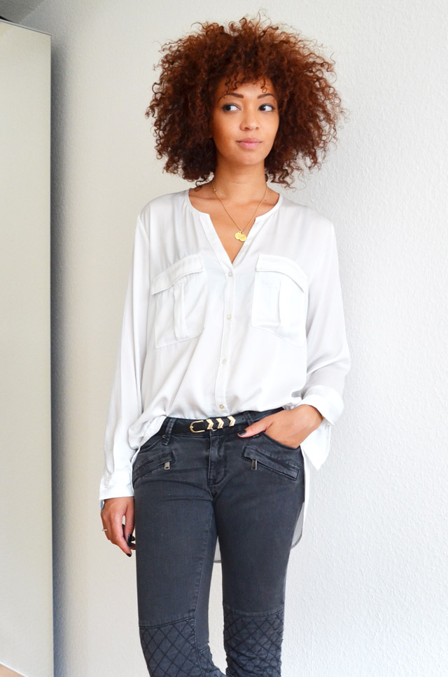 mercredie-blog-mode-geneve-suisse-blogueuse-bloggeuse-jean-biker-zara-gris-cheveux-naturels-afro-hair-nappy-curls-curly-chemise-blanche-white-shirt