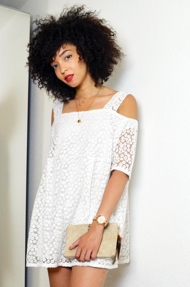 mercredie-blog-mode-beaute-blogueuse-bloggeuse-geneve-fashion-blogger-geneva-6ks-lace-dentelle-robe-dress-asos-les-tropeziennes-elsa-sandales-pochette-public-kim-zozie-cadeau