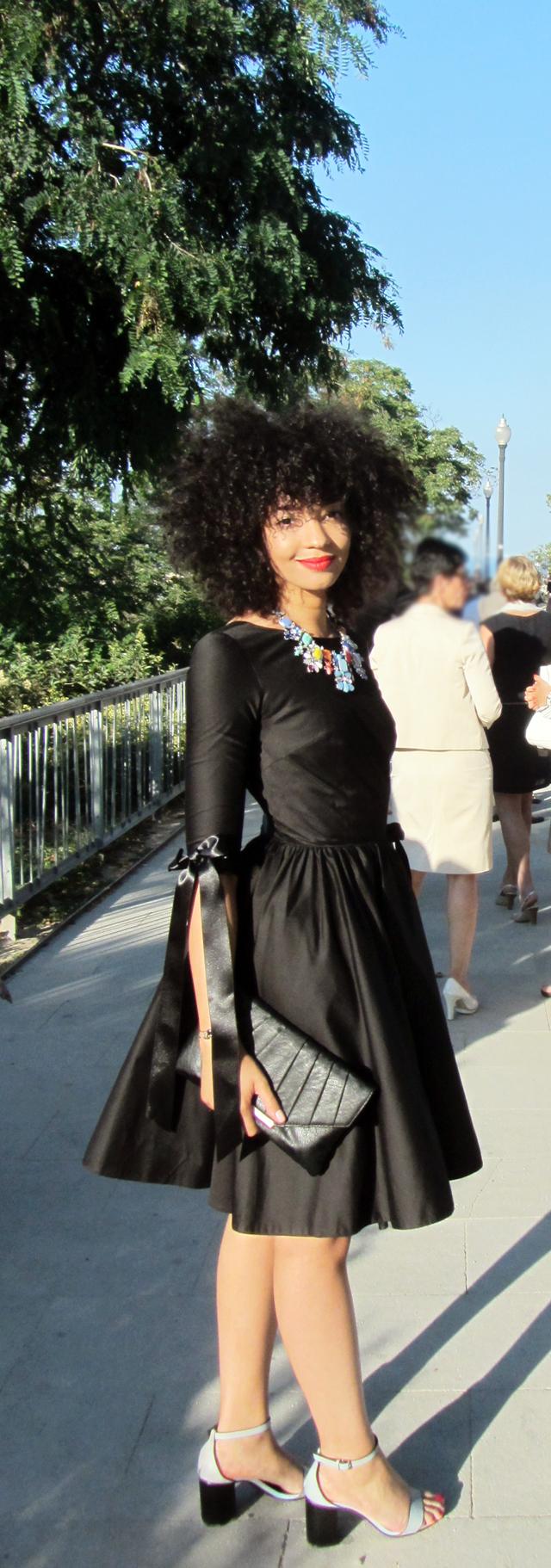 mercredie-blog-mode-geneve-idees-tenues-robes-mariage-delphine-manivet-pour-la-redoute-satin-noire-noeud