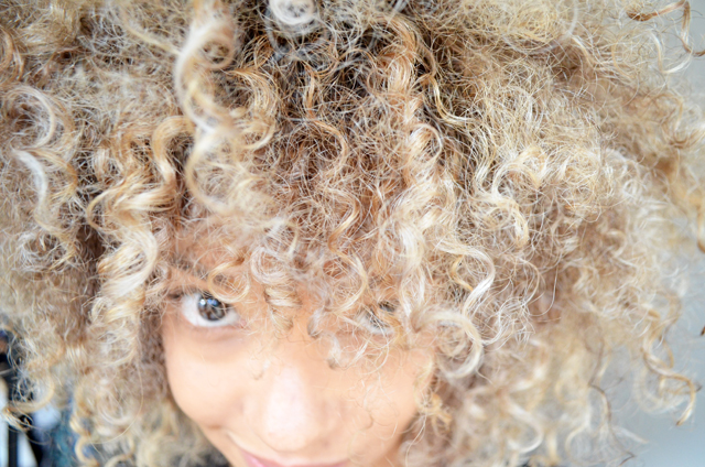 mercredie-blog-geneve-salon-coiffure-jennifer-tasset-chambery-couleur-cheveux-frises-naturels-afro-blonds-blonde-highlights-meches4