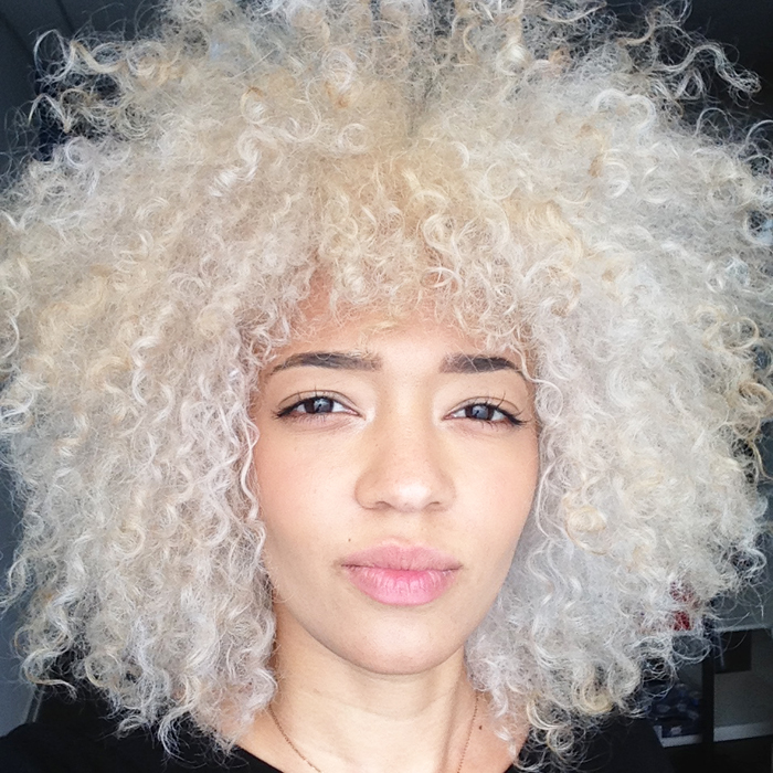 mercredie-blog-beaute-cheveux-afro-naturels-decoloration-bleached-hair-natural-platine-blonde-curls-curly-frises-big-platinum-dark-girl-mixed-tanned2