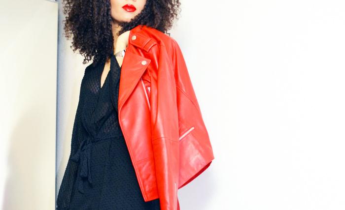 mercredie-blog-mode-combinaison-plumeti-h&m-noire-black-jumpsuit-escarpins-asos-blouson-cuir-rouge-123-paris