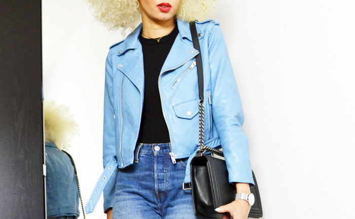 mercredie-blog-mode-perfecto-zara-bleu-clair-cheveux-afro-platine-chanel-boy-bag-chevrons-blond