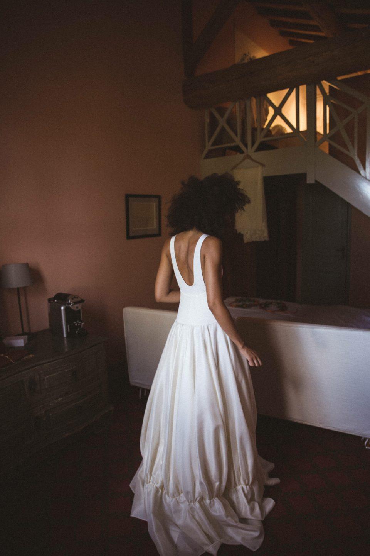 mercredie-mariage-blog-theme-delphine-manivet-collection-robe-couture-gazar-de-soie-tulio-mas-de-peint-decollete-dos