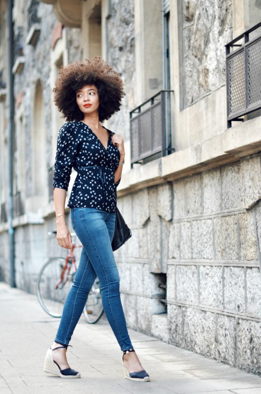 mercredie-blog-mode-geneve-suisse-switzerland-blogger-combinaison-la-malle-francaise-jean-scarlet-lee-chemisier-cache-coeur-portefeuile-jolie-jolie-petits-jours-afro-hair-espadrilles-castaner