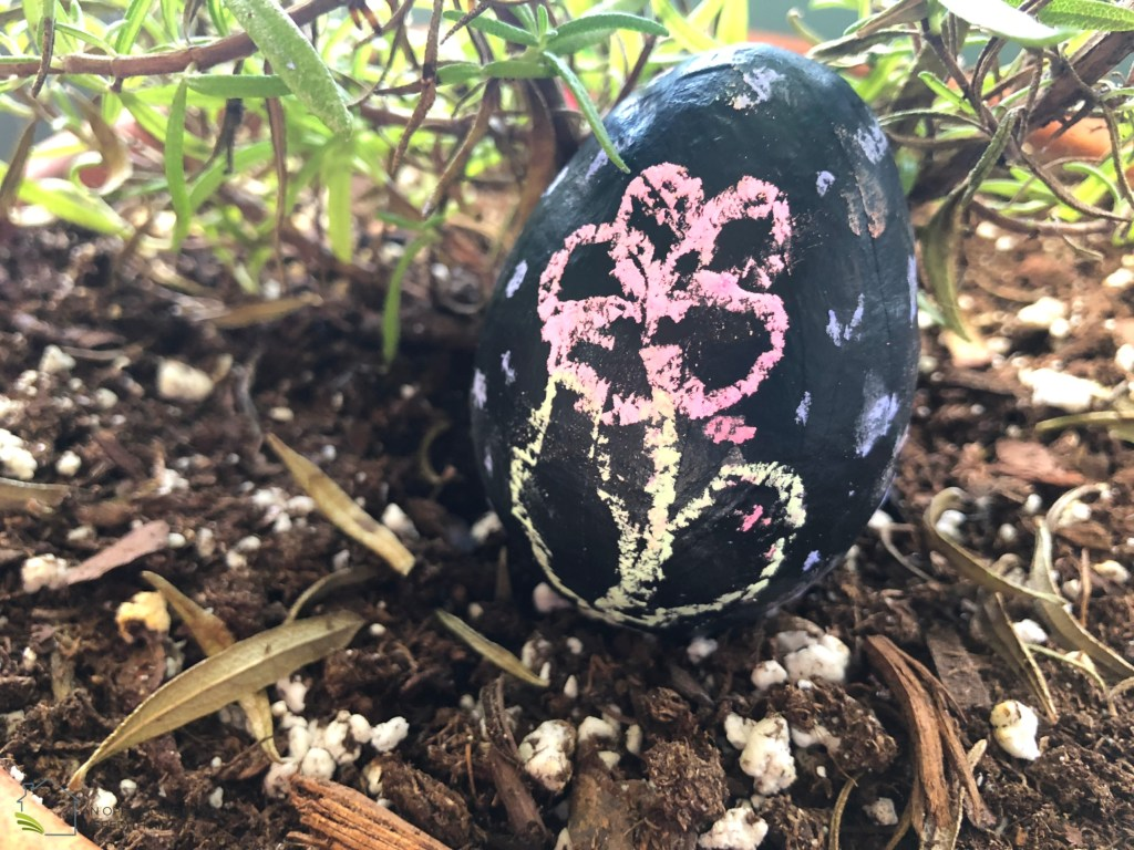Chalkboard Painted Easter Eggs - Simple Easter craft for kids and adults!   MeredithAmand.com