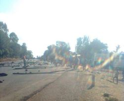 Farmers and students close Addis Ababa – Wolliso road in central Ethiopia