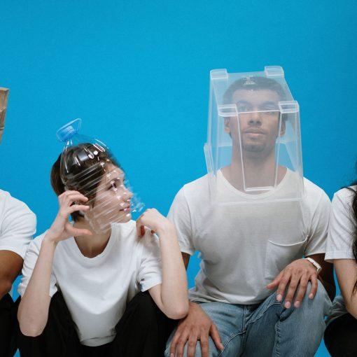 4 kişi absürd objeleri maske olarak kullanıyor.