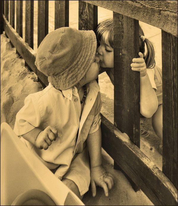 Emo Boy And Girl Kiss Wallpaper Images Enfants Noir Et Blanc