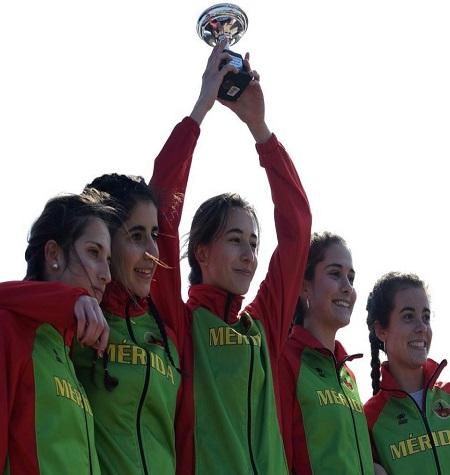 Las atletas del cadete y juvenil del Club Atletismo Mérida en lo más alto del podio