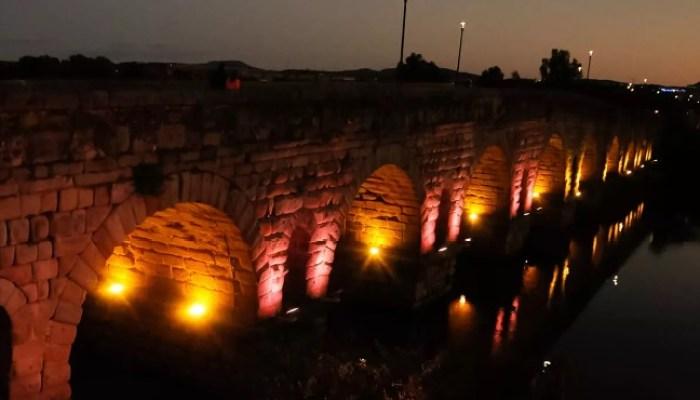 Iluminación naranja de diferentes monumentos emeritenses en la Semana contra la Leucemia