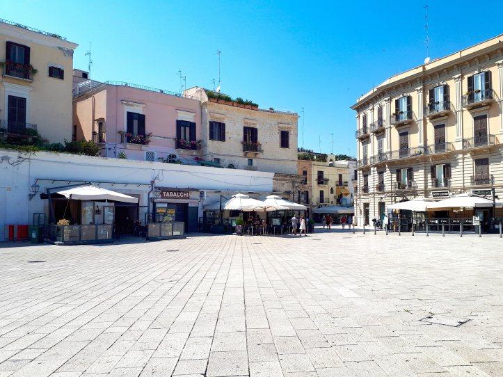 Piazza del Ferrarese - Bari.jpg