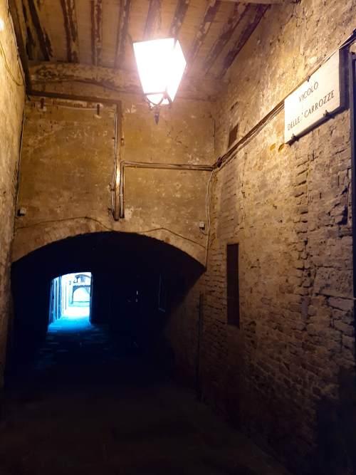 Vicolo delle Carrozze Siena.jpg
