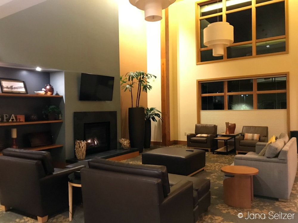 cedarbrook lodge lounge area