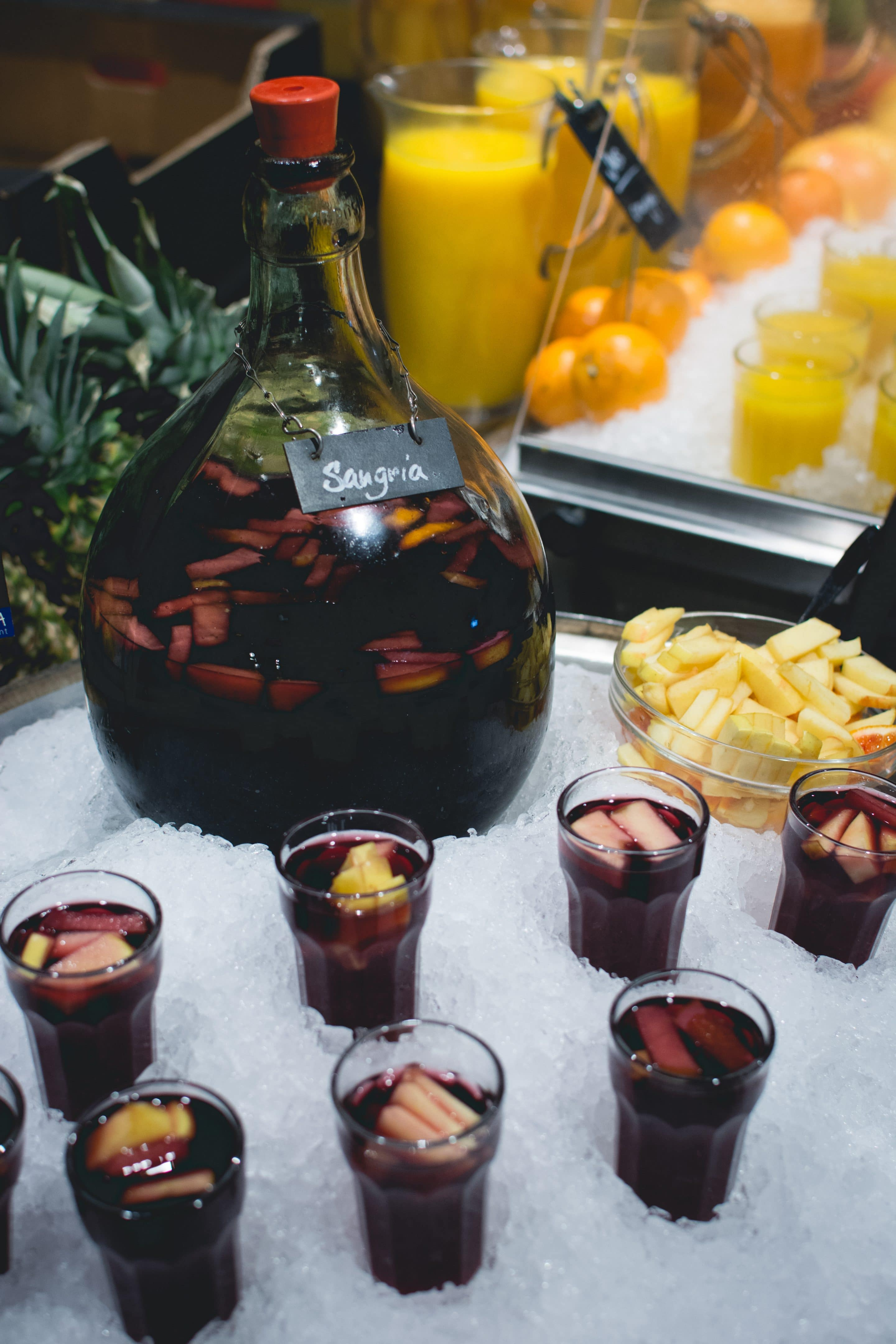 Easy Summer Red Sangria via @mermaidsandmojitos