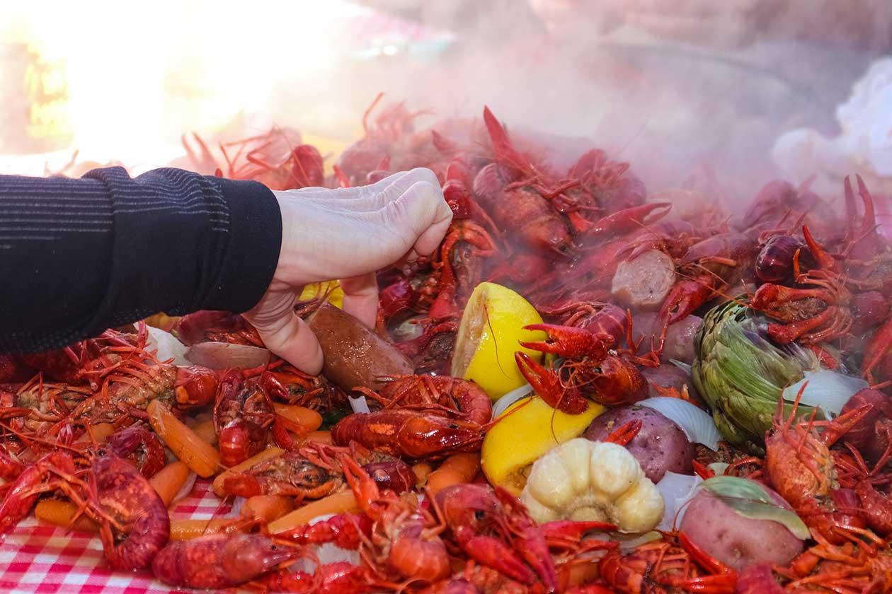 Easy Crawfish Boil to Feed a Crowd via @mermaidsandmojitos