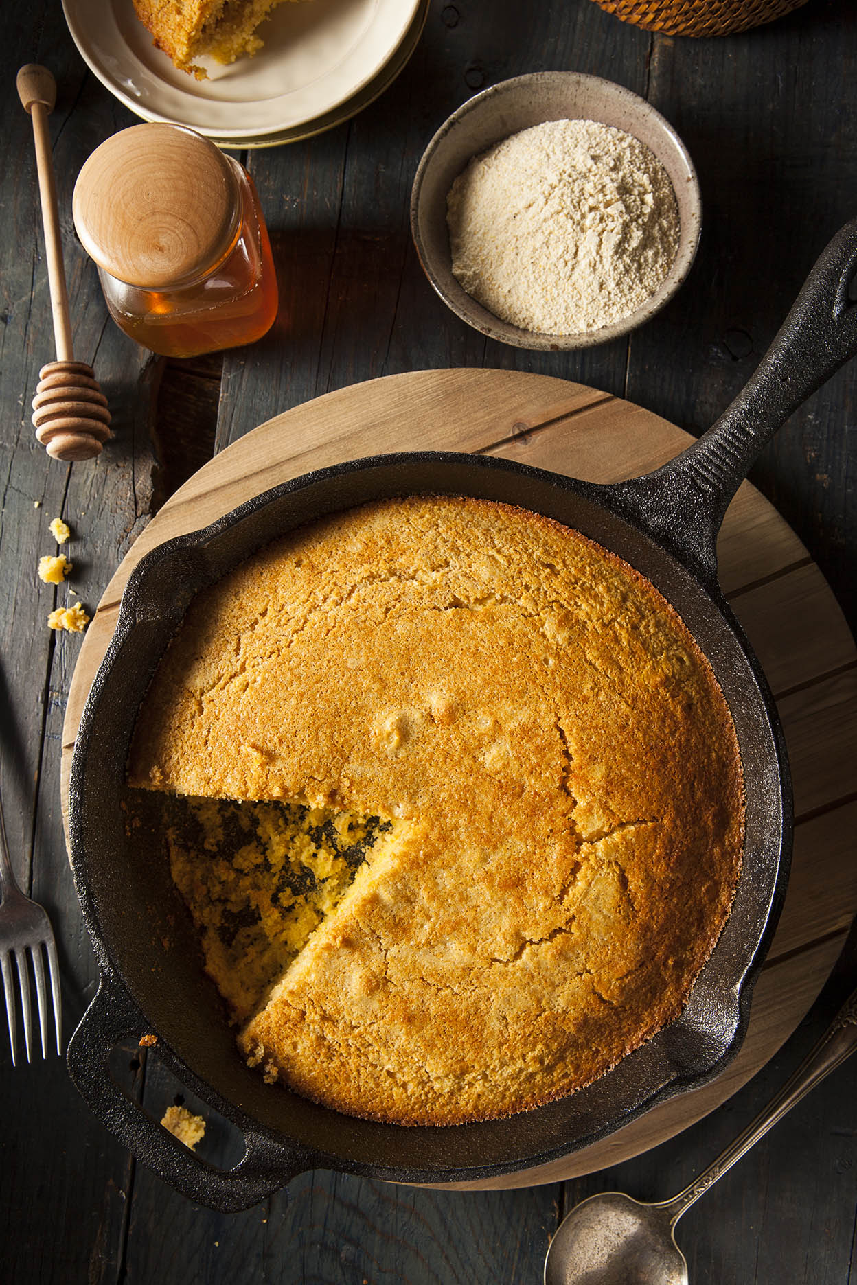 Spinach, Bacon and Cheddar Cornbread via @mermaidsandmojitos