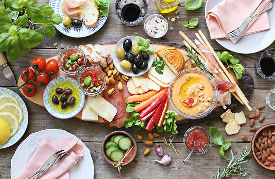 Mediterranean Crudités and Tapas via @mermaidsandmojitos