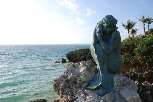 Moon Beach Mermaid Statue. Photo © by Innuent.