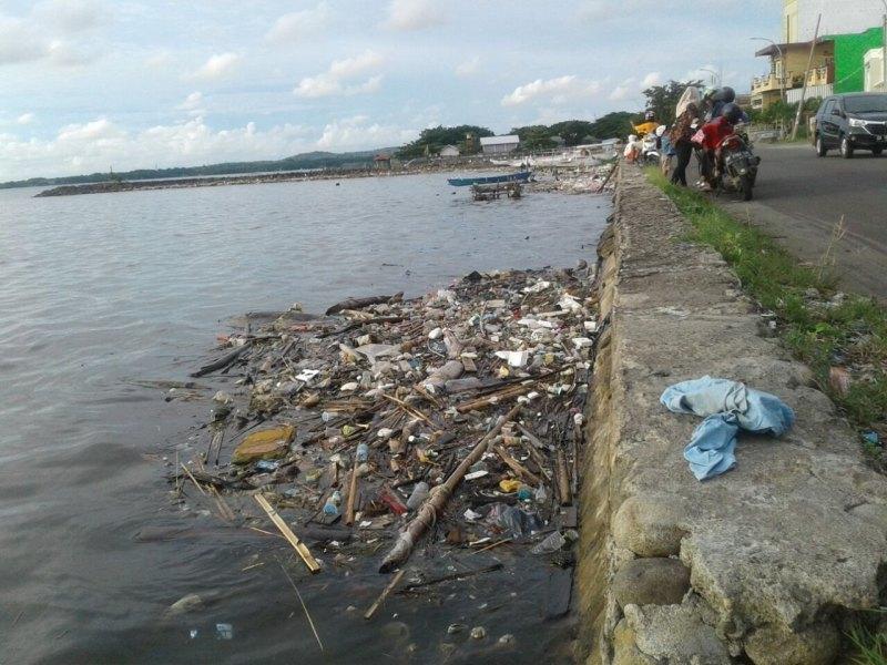 Sampah Berenang di Pinggir Laut