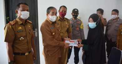 Bupati Sidrap Serahkan Kartu Program Sembako dan PKH ke Warga di Tellu Limpoe