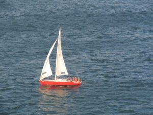 petit voilier qui navigue