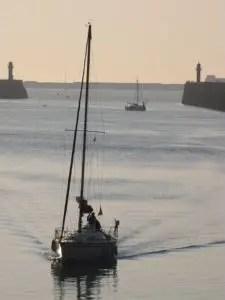 voilier arrivant au port
