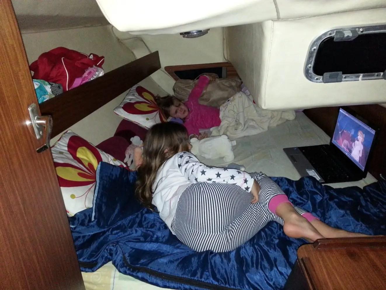 enfants à bord d'un voilier