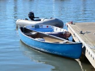 annexes bateau amarées à un ponton