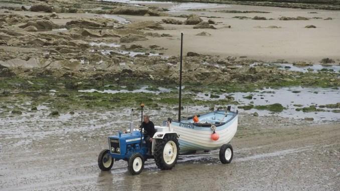 bateau sur remorque sur une plage