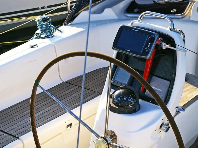 gps bateau sur console de barre