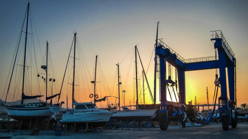 bateaux dans un port a sec