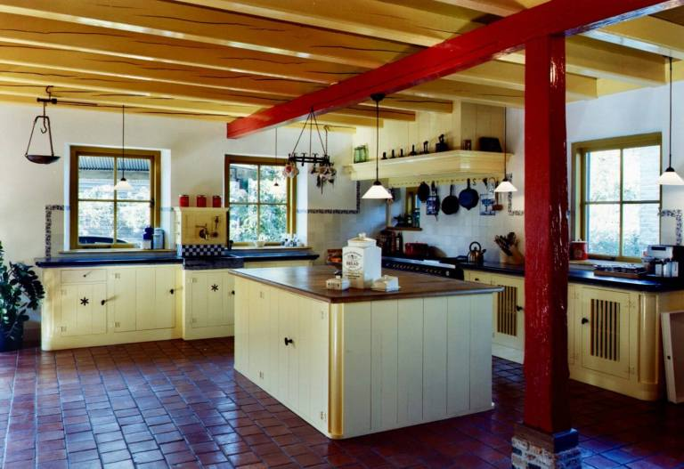Jaren 30 keuken Stolwijk keukeneiland rode balk
