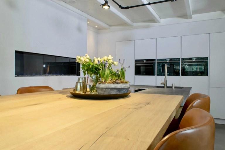 Landelijke keuken Oudenbosch bloemen tafel