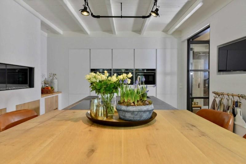 Landelijke keuken Oudenbosch eettafel bloemen