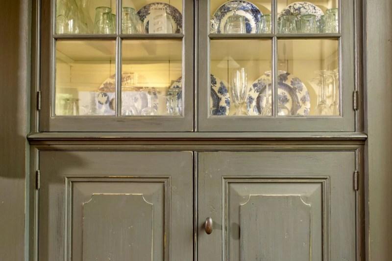 Oudhollandse keuken Hooge Zwaluwe vitrinekast glaswerk