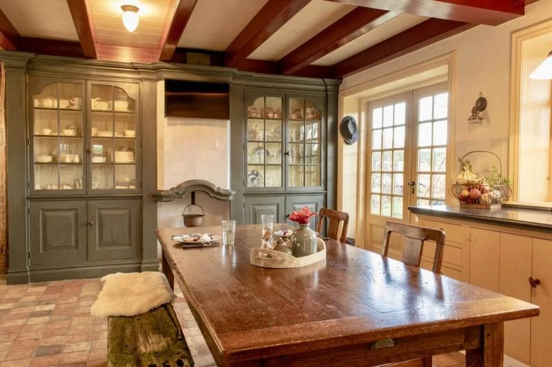 Oudhollandse keuken Hooge Zwaluwe vitrinekasten blauw tafel