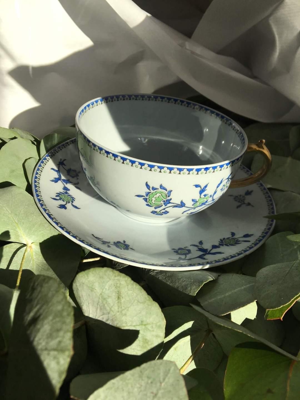 Bouquet de Tasses à thé bleues et dorées à l'eucalyptus