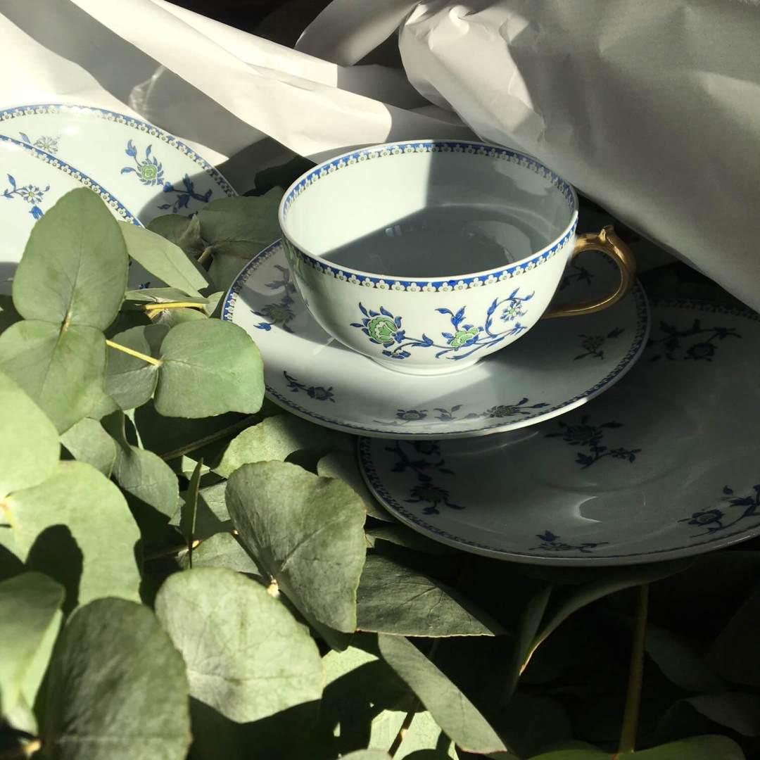 Bouquet de tasses à thé bleues et dorées porcelaine de Limoges ancienne