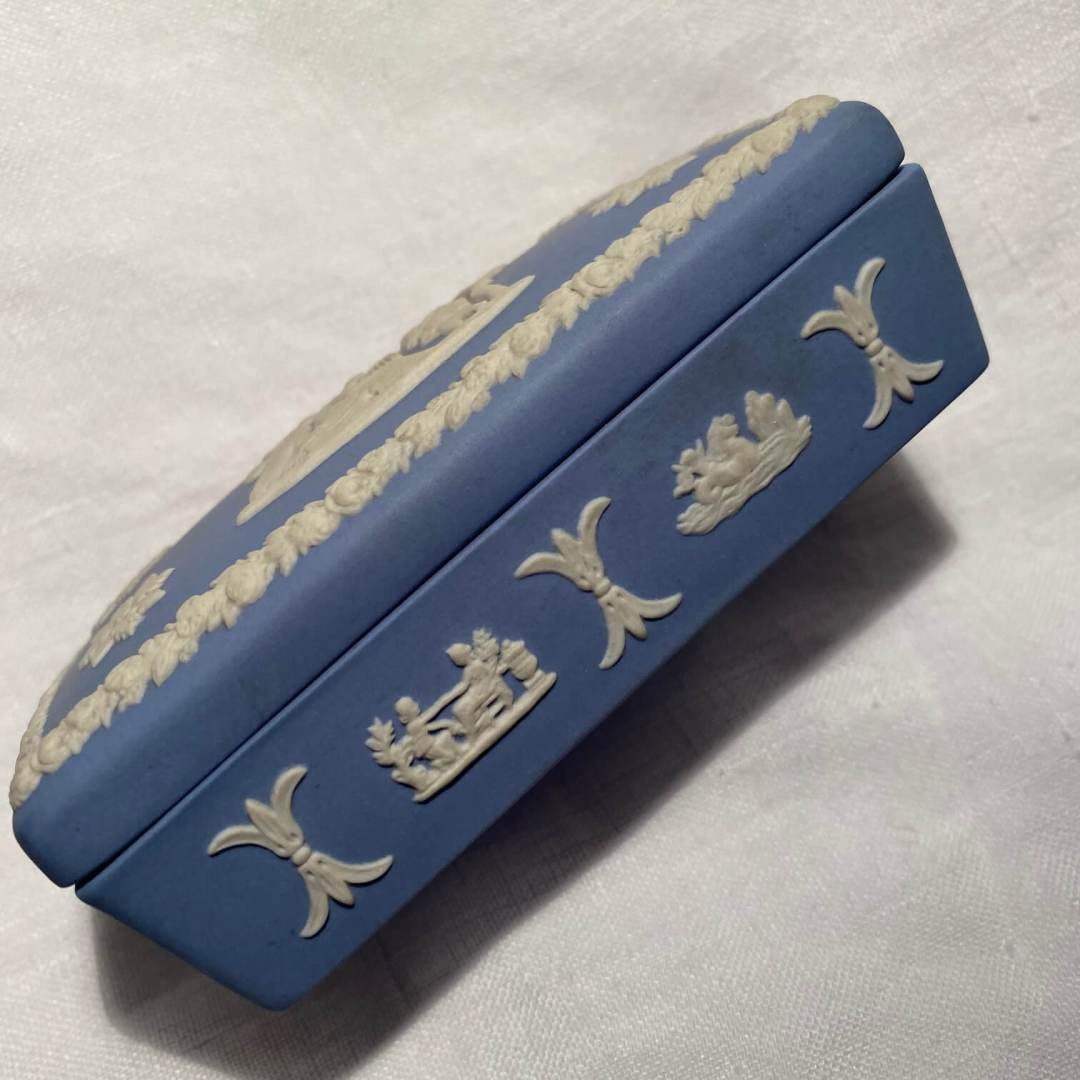 Boite bleue porcelaine biscuit Wedgwood