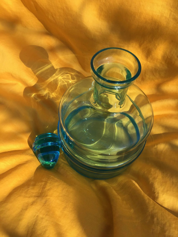 carafe-verre-bleu-bouchon
