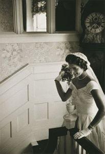 Jackie Bouvier Kennedy porte son bouquet de mariée